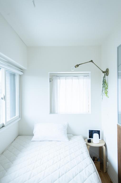 白を基調としたシンプルなベッドルーム