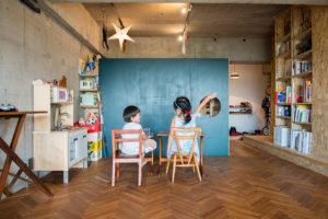 相模原のリノベーション物件で子供達が黒板に向かってお勉強