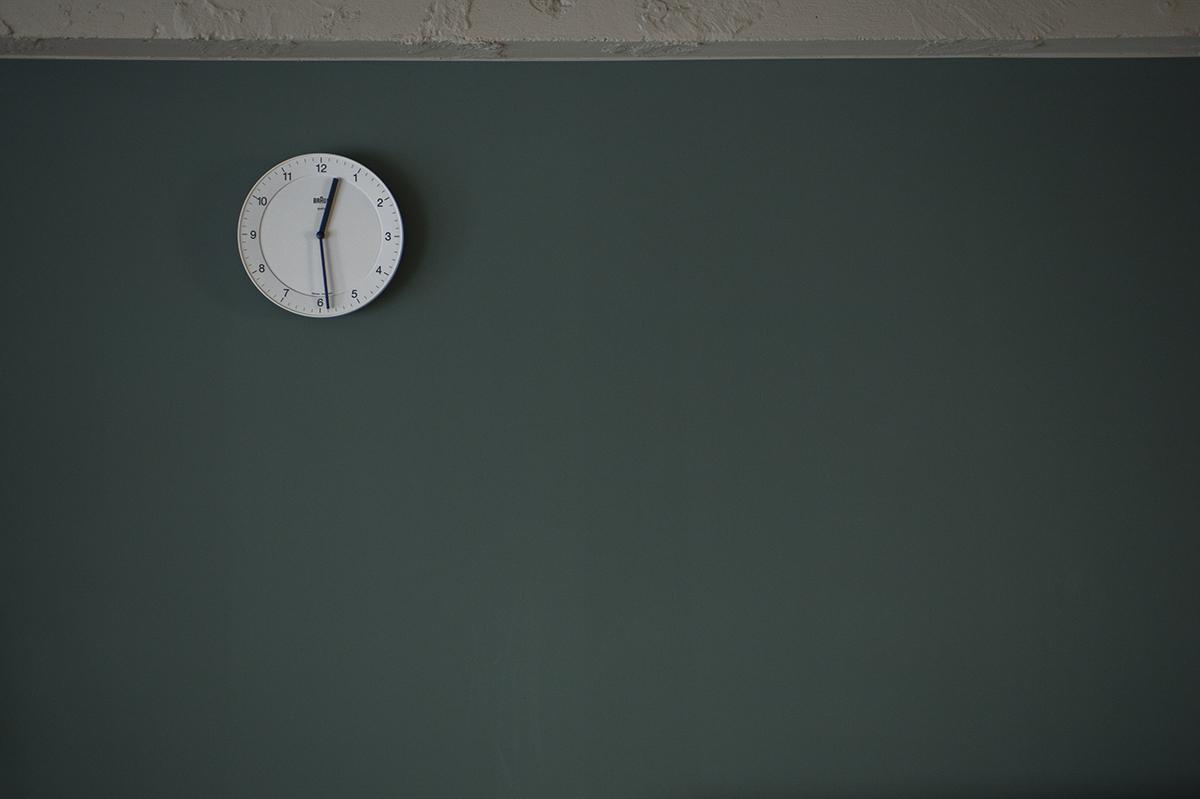 塗装壁と時計