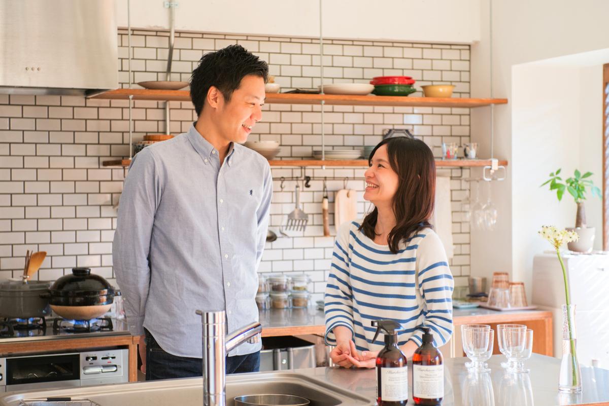 千葉県南柏78㎡のリノベーション事例・キッチン前で笑い合う夫婦