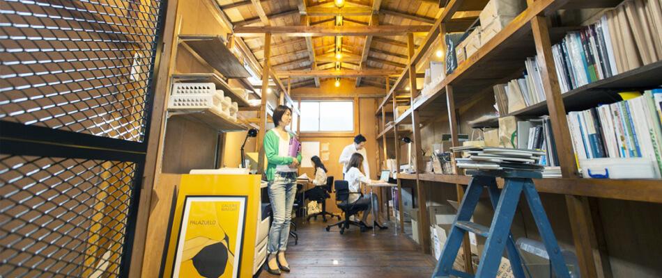 駒込事務所2階で働くスタッフ