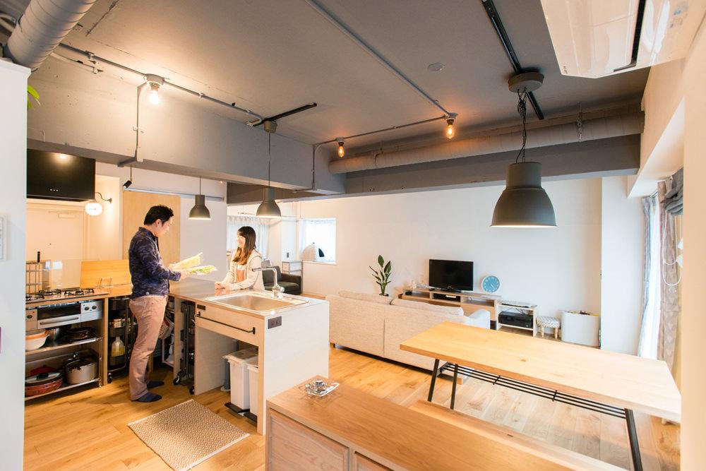 神奈川県大倉山60㎡のリノベーション事例・キッチンで話し合う夫婦