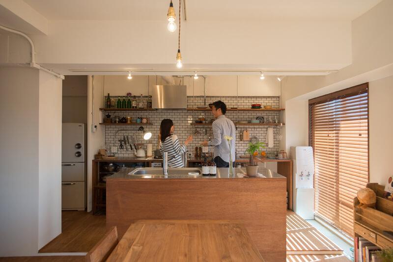 千葉県南柏78㎡のリノベーション事例。キッチンの前で笑う夫婦