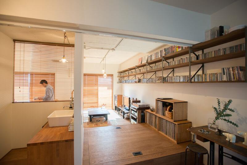 千葉県南柏78㎡のリノベーション事例。壁の端から端まで伸びるCDラックの棚が特徴