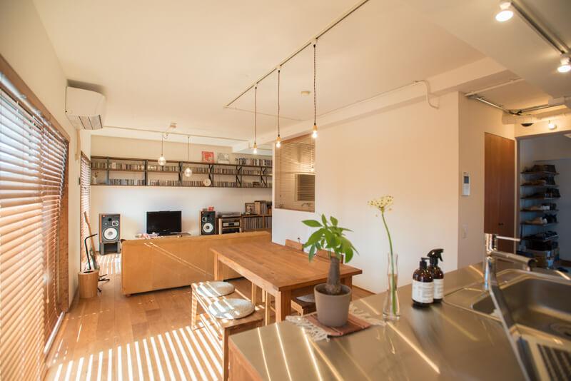 千葉県南柏78㎡のリノベーション事例。二の字キッチンと抜けた空間。