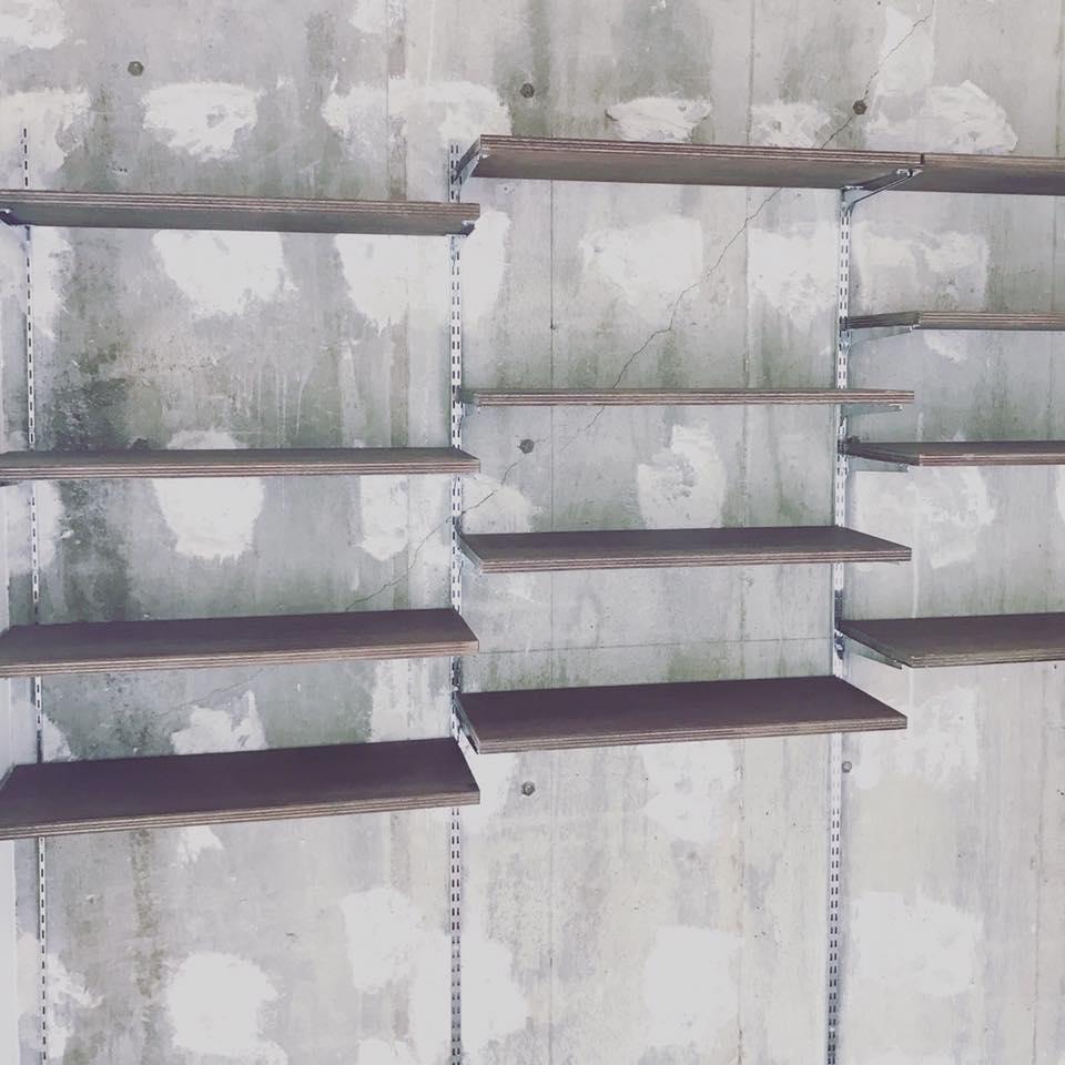 コンクリート躯躰にそのまま可動棚を設置