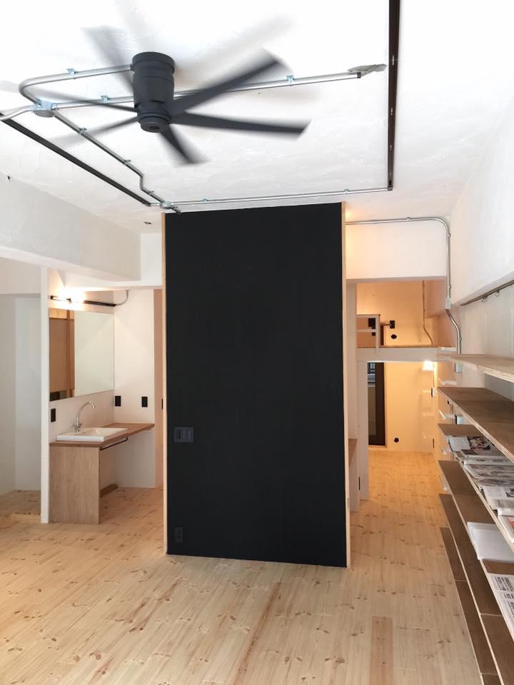 黒板塗装したおおきな壁のあるリノベーション