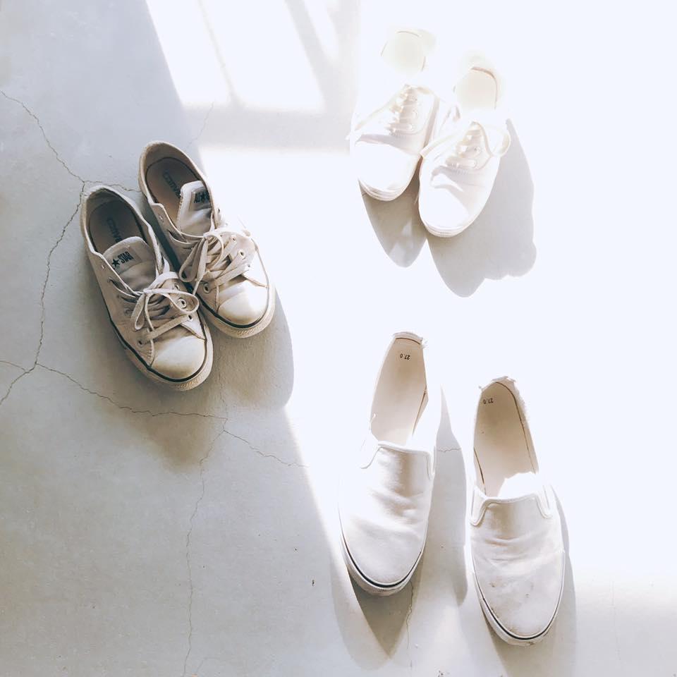 白い靴が3足玄関に並んでいる
