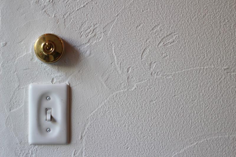 漆喰壁とアインティークスイッチ