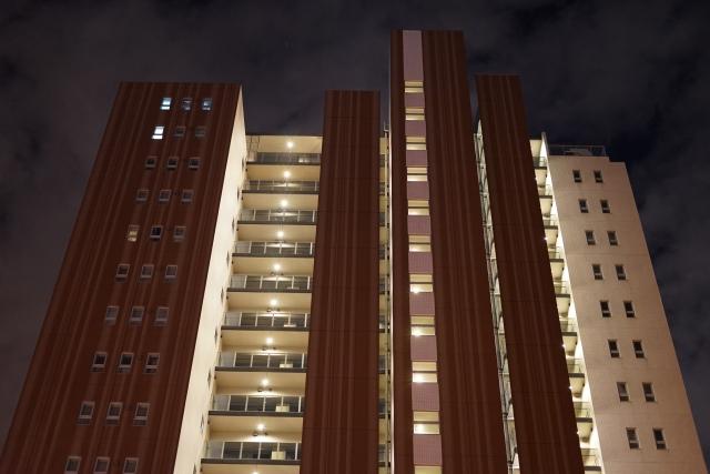 ライトアップされた新築マンション