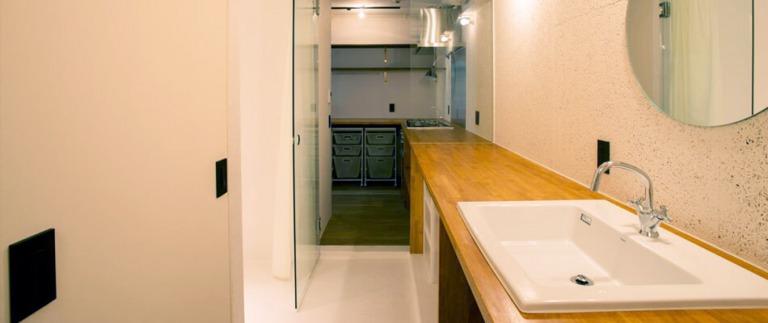 キッチンから洗面台まで続く天板