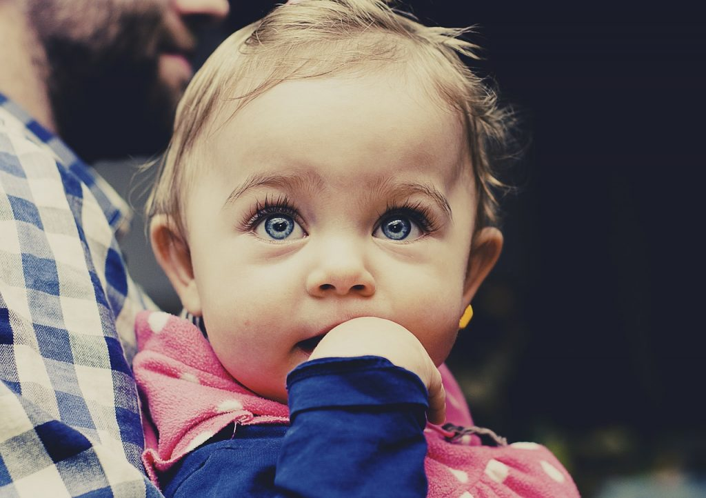 考える赤ちゃん