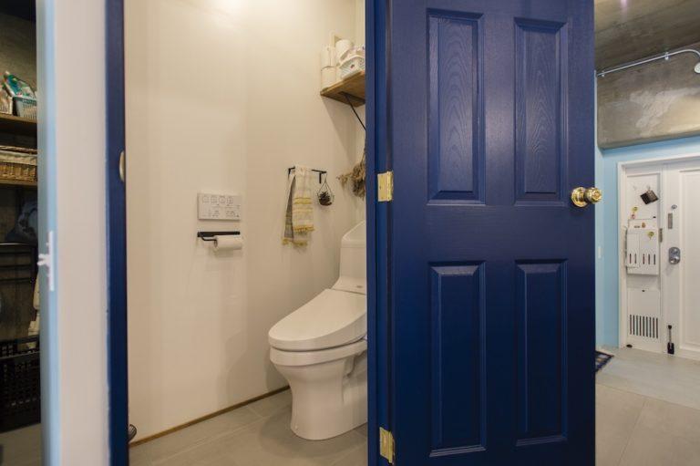 ブルーのドアとゴールドのドアノブ