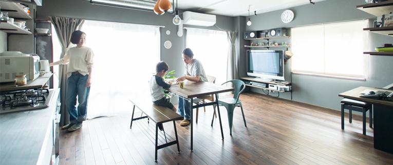 東京都駒沢公園の中古マンションのリノベーション後のキッチンとリビング