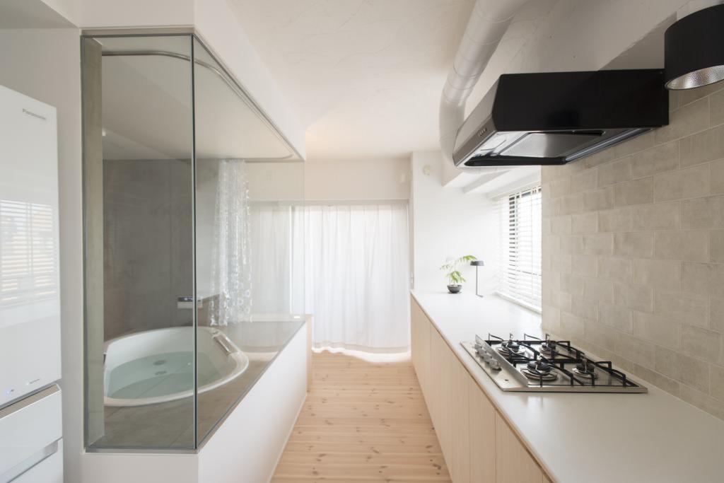 代々木上原のリノベーション事例のお風呂とキッチン