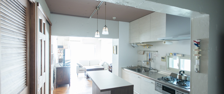 橋本の中古マンションのリノベーション後のキッチンとリビング