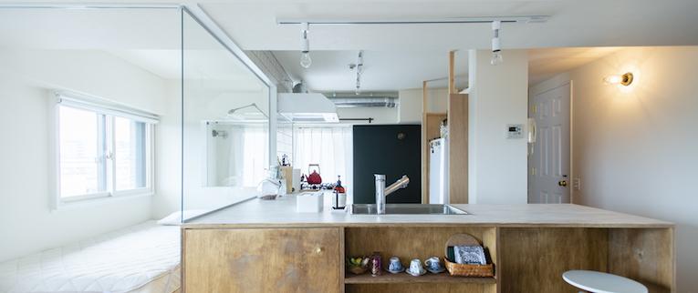 調布の中古マンションのリノベーション後のキッチンとベッドルーム