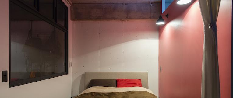 ピンクの壁のベッドルーム