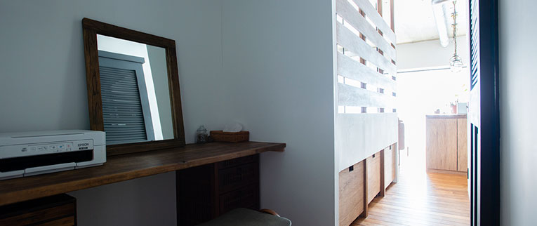 二子新地の中古マンションのリノベーション後の鏡台とベッドルームと廊下