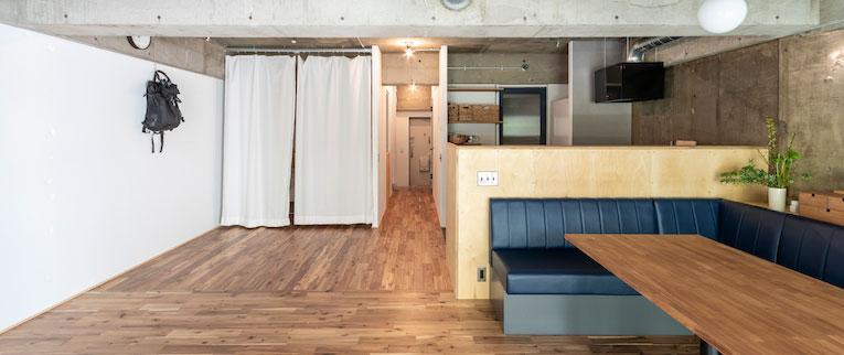 鷺沼の中古マンションのリノベーション後のリビングとキッチンと廊下