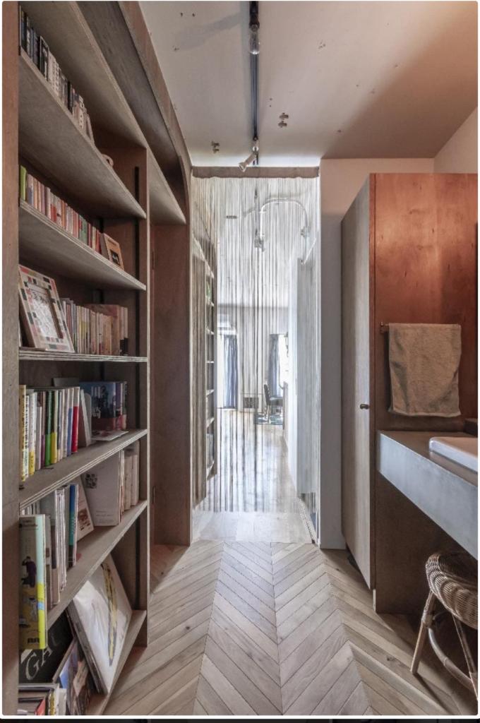リノベーション後の本棚と廊下