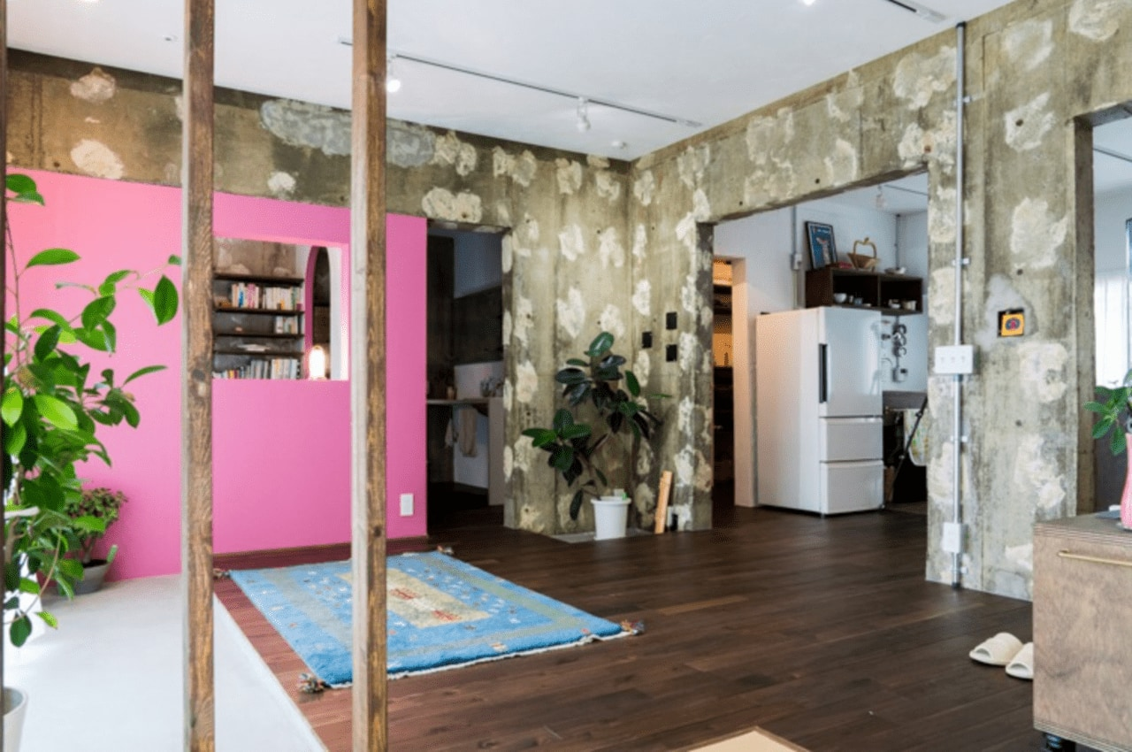 鮮やかなピンクの壁