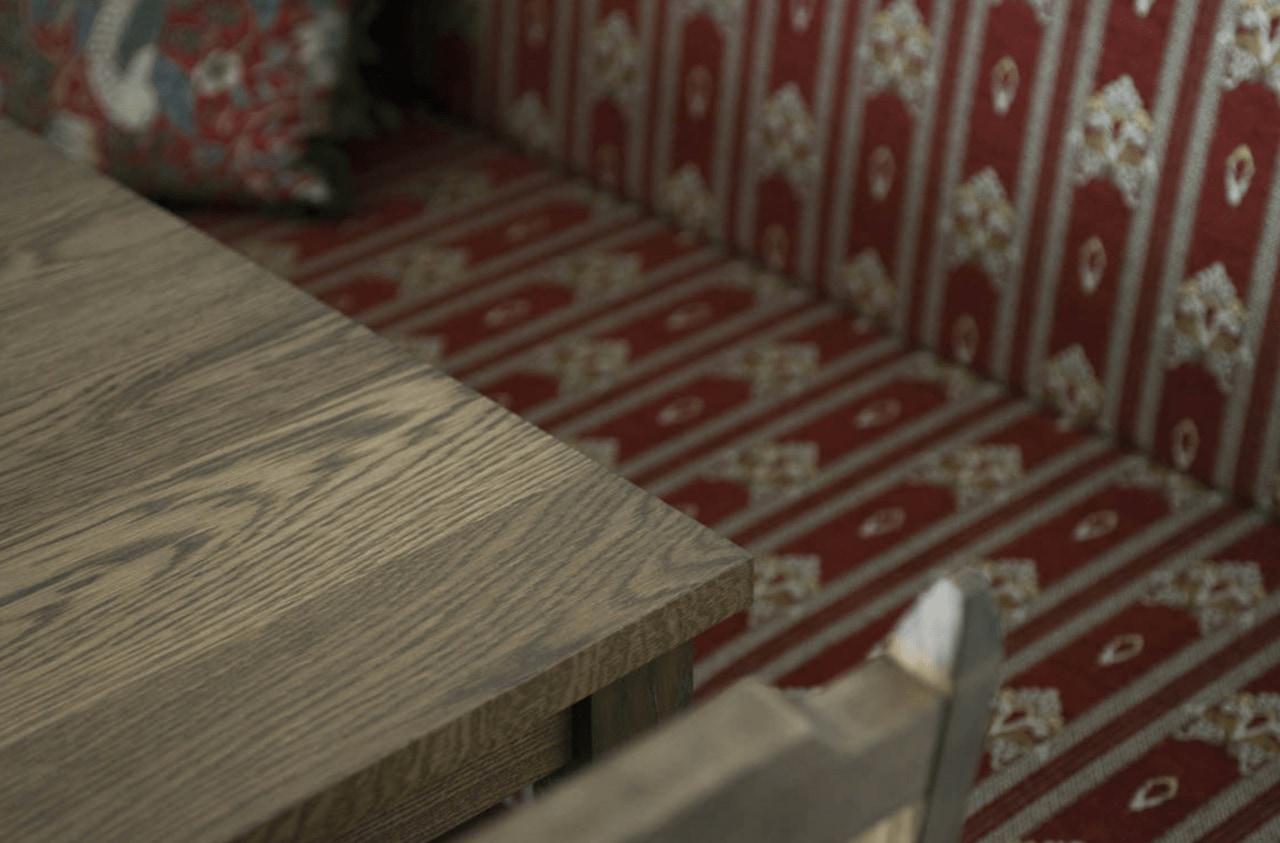 大正時代を思わせるソファの生地