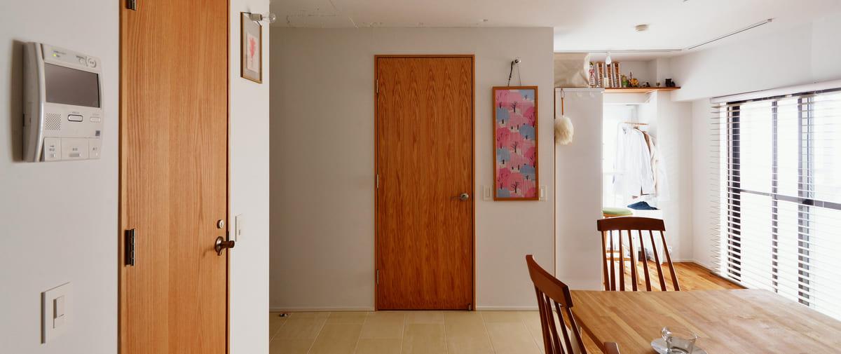 高井戸の中古マンションのリノベーション後のキッチンからの洗面所ドア