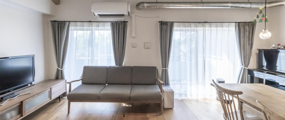 センター北の中古マンションのリノベーション後のリビングのソファ