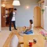 稲城長沼の中古マンションのリノベーション後のリビングダイニングの家族