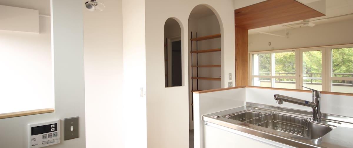 駒込の中古マンションのリノベーション後のキッチンから見た洗面所