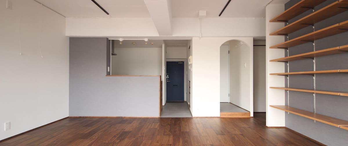 武蔵浦和の中古マンションのリノベーション後のキッチンと玄関