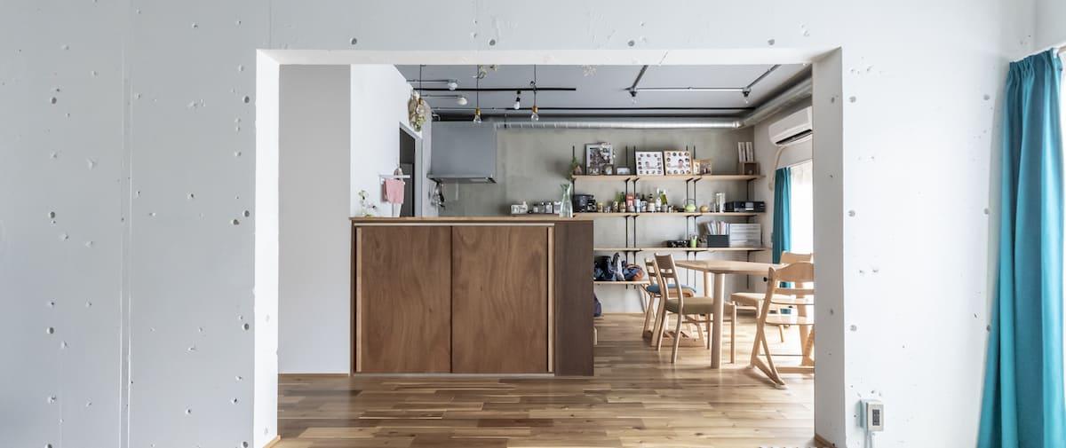 北戸田の中古マンションのリノベーション後のリビングから見たキッチンとダイニング
