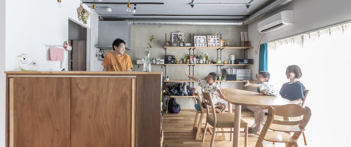 北戸田の中古マンションのリノベーション後のダイニングにいる家族