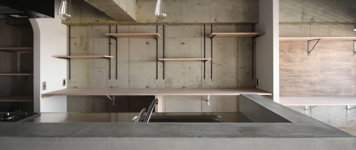 鳩ヶ谷の中古マンションのリノベーション後のキッチンと棚