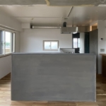 鴨居の中古マンションのリノベーション後の正面から見たキッチン