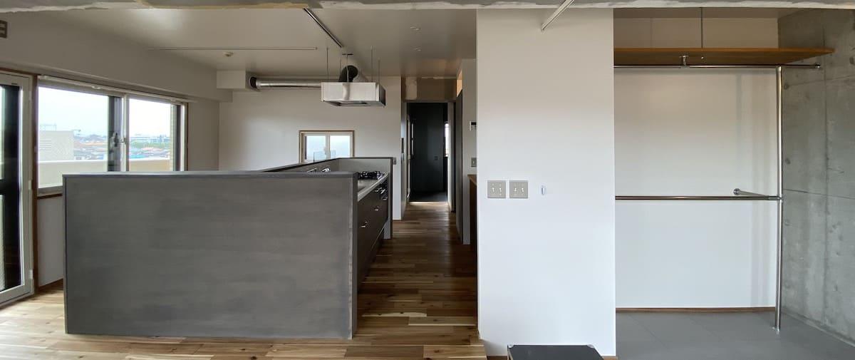 鴨居の中古マンションのリノベーション後の横から見たキッチンと玄関