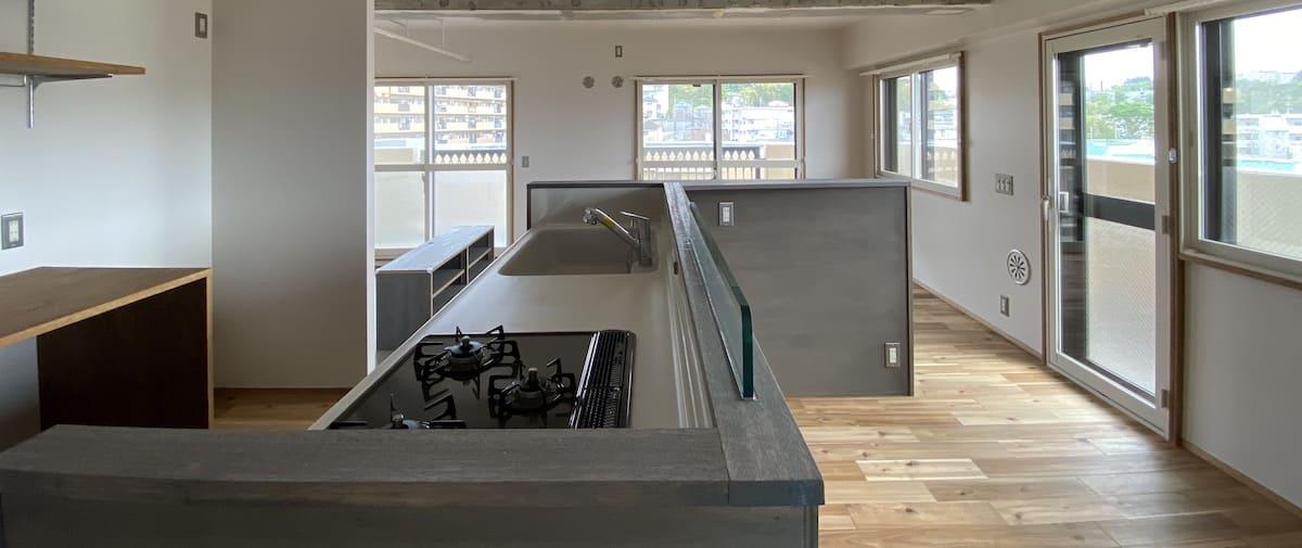 鴨居の中古マンションのリノベーション後の横から見たキッチン