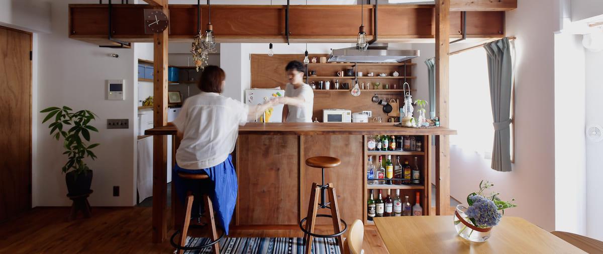 京王永山の中古マンションのリノベーション後のバーカウンターにいる夫婦