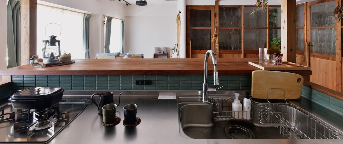 京王永山の中古マンションのリノベーション後のキッチンから見たリビングと寝室