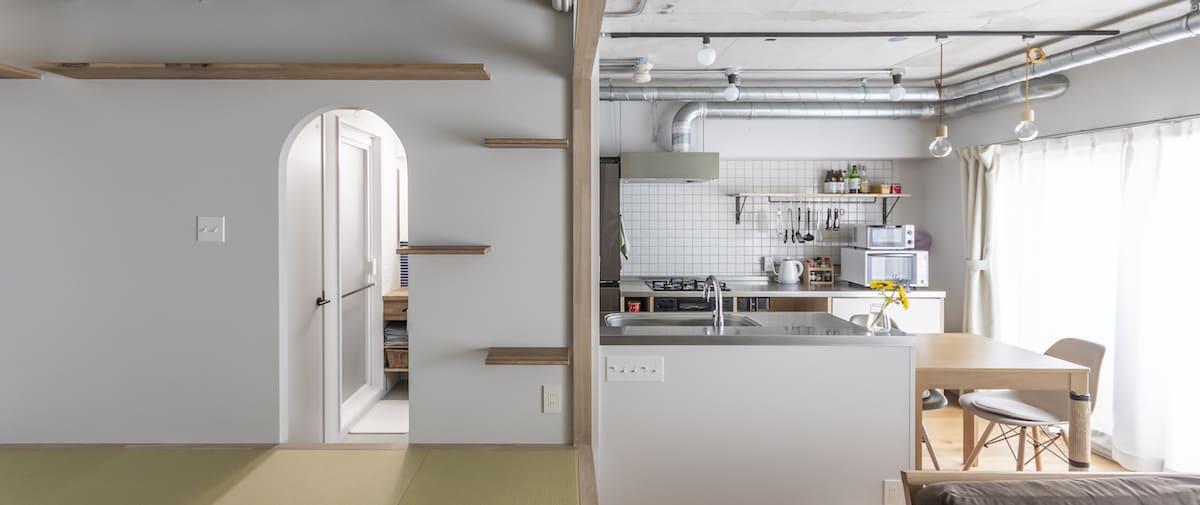 高円寺の中古マンションのリノベーション後の小上がりとキッチン