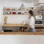 森下の中古マンションのリノベーション後のキッチンに立つ女性