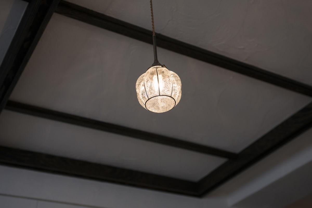アンティークの照明と漆喰塗りの天井