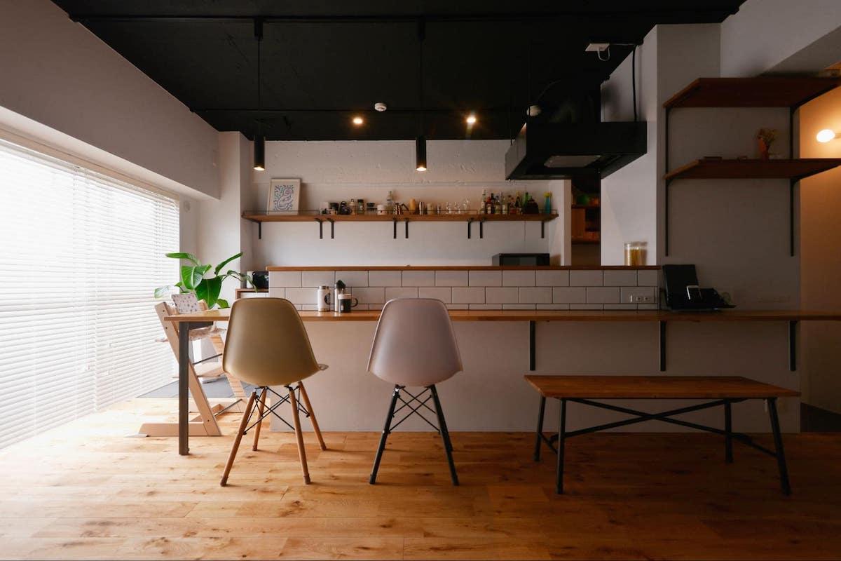 黒く塗装した天井 カフェ風リノベーション