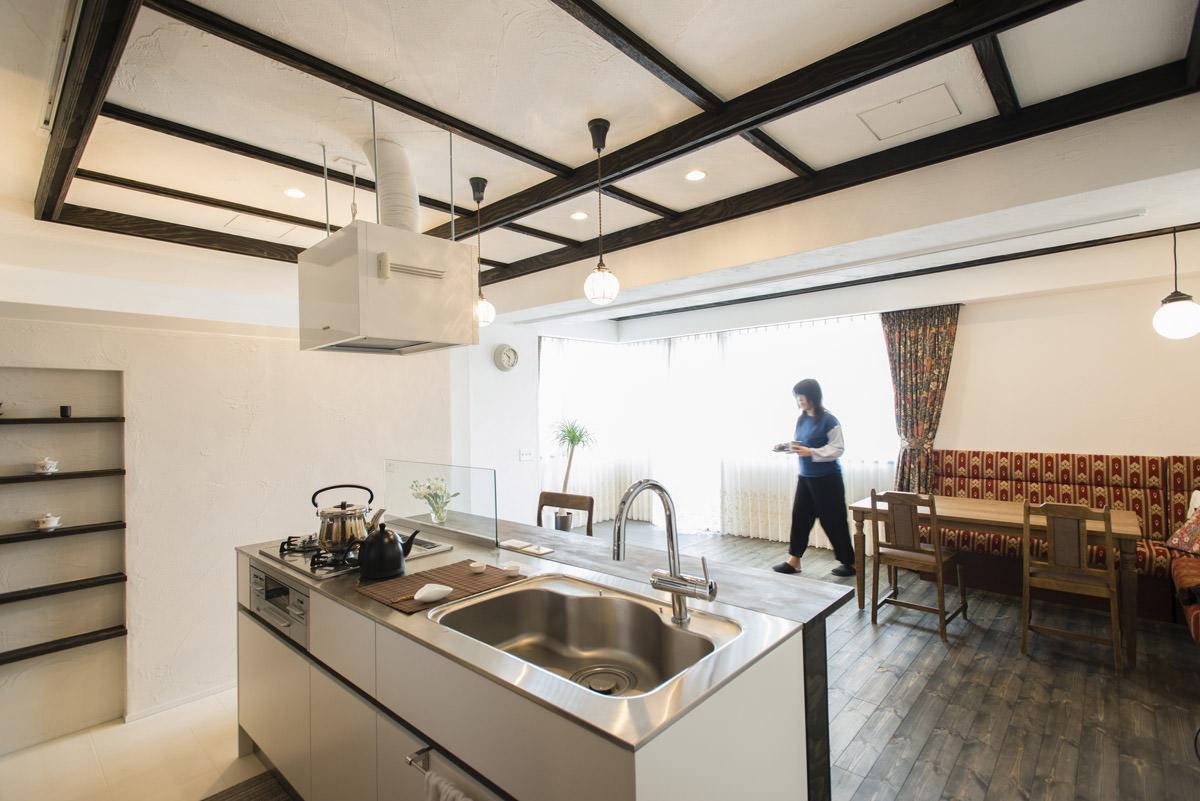 天井に梁を造作したリノベーション