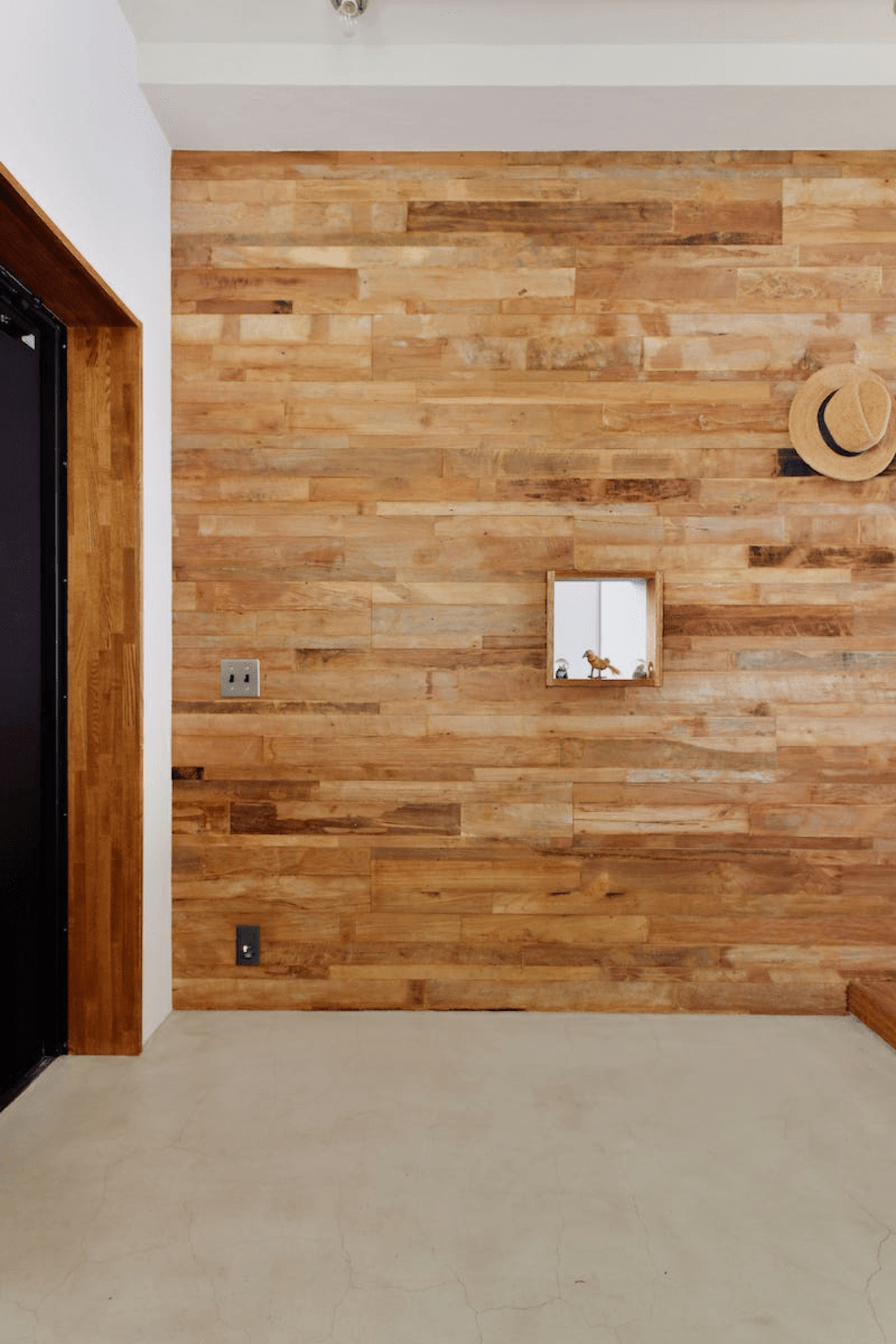 木材のモザイクパネルを使った壁
