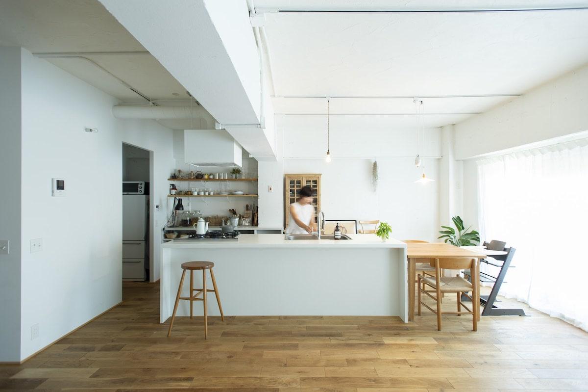 天井を白く塗装したリノベーション