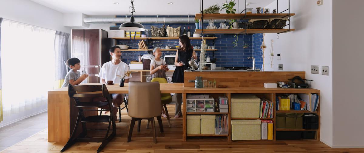 東戸塚の中古マンションリノベーション後のダイニングとキッチンにいる家族